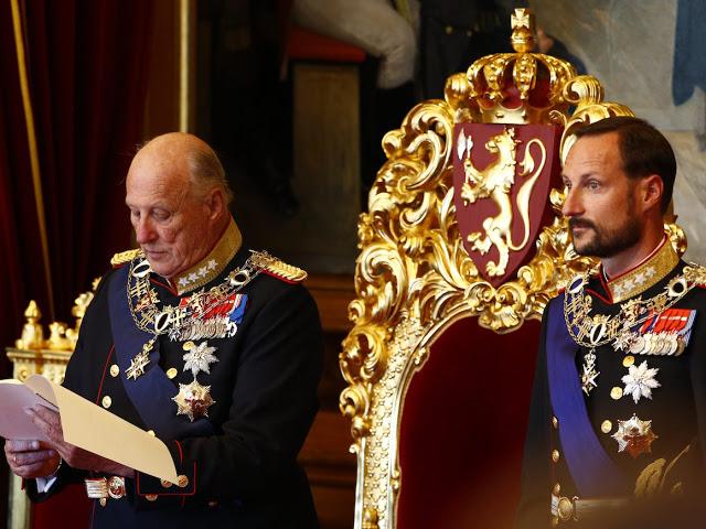 Oslo  20161003.Stortingets Âpning 2016: Kong Harald holder trontalen under den h¯ytidelige Âpningen av det 161. storting fredag.Foto: Heiko Junge / NTB scanpix
