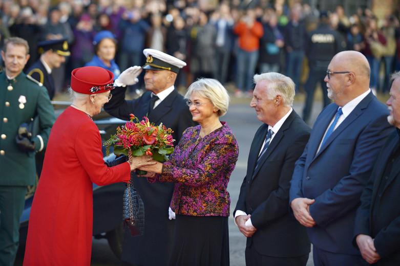 Folketingets formand Pia Kjærsgaard hilser på Dronning Maregrethe ved ankomsten til Folketinget åbning 4. oktober 2016. (Foto: Ida Guldbæk/Scanpix 2016)